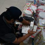 Petugas Bea Cukai sedang memeriksa bungkus rokok ilegal yang tidak memiliki pita. Foto Humas Bea Cukai for referensirakyat.co.id